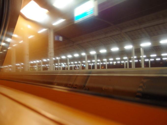 285系サンライズ瀬戸シングル下段より眺める高松駅の流れるホーム