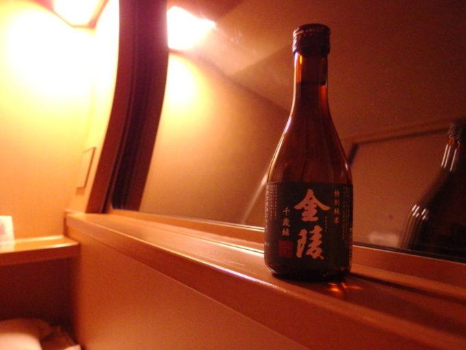 285系サンライズ瀬戸東京行きシングル下段室内で金陵千歳緑を