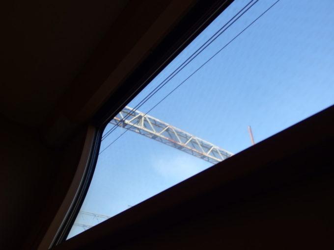285系サンライズ瀬戸東京行きシングル下段残り少ない時間を寝台でゴロゴロしつつ青空を見上げる