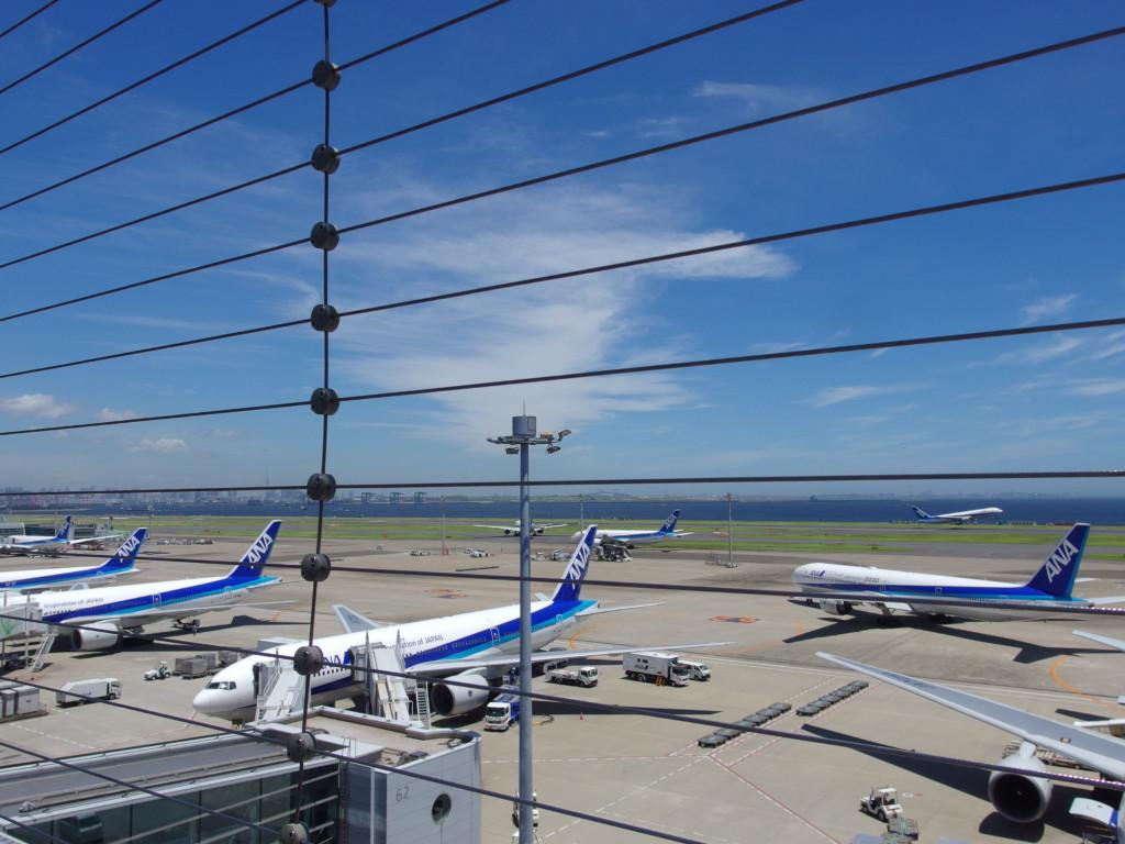 羽田空港第2ターミナルビル展望台から眺めるANAの飛行機たち