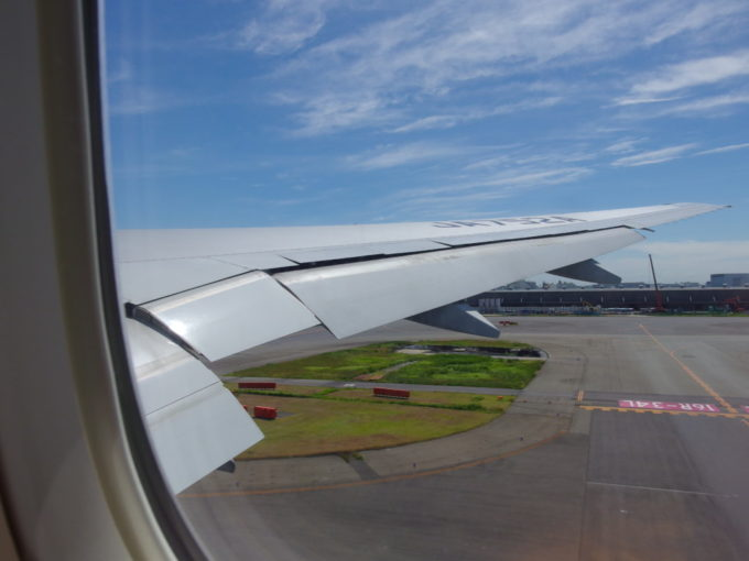 以上に早く梅雨が明けた東京羽田空港を青空へ向けて離陸するANA那覇行き
