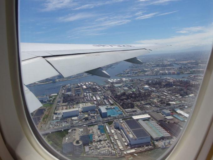 梅雨明けした東京羽田上空青空に映える赤錆色の工場群
