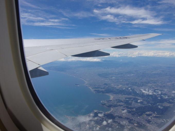 ANA那覇行きから眺める梅雨明けの湘南海岸と江の島