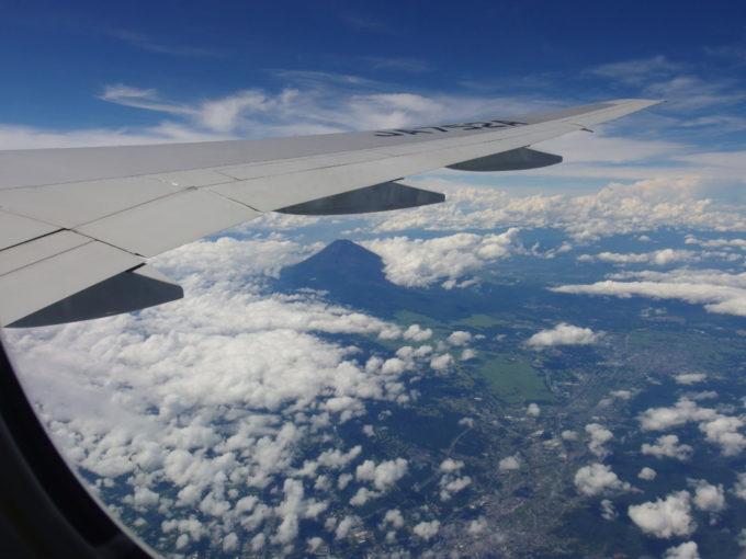 ANA那覇行き機内から眺める梅雨明けの黒い富士山