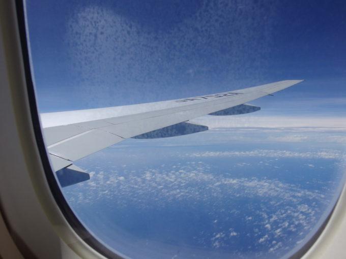 ANA那覇行き機内から眺める青空と青い海