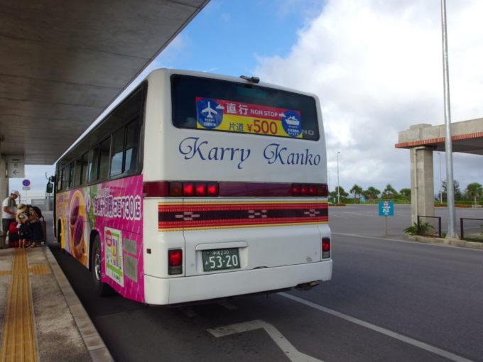 南ぬ島石垣空港よりカリー観光のバスで石垣港離島ターミナルを目指す