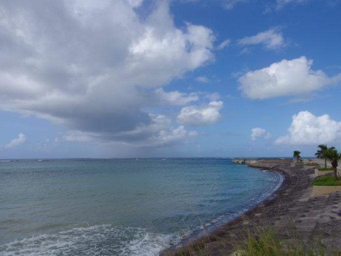 石垣島大きな通りから少し入ると広がる青い海