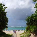 石垣島真栄里ビーチ砂防林の切れ目を抜けて青い海の広がるビーチへ