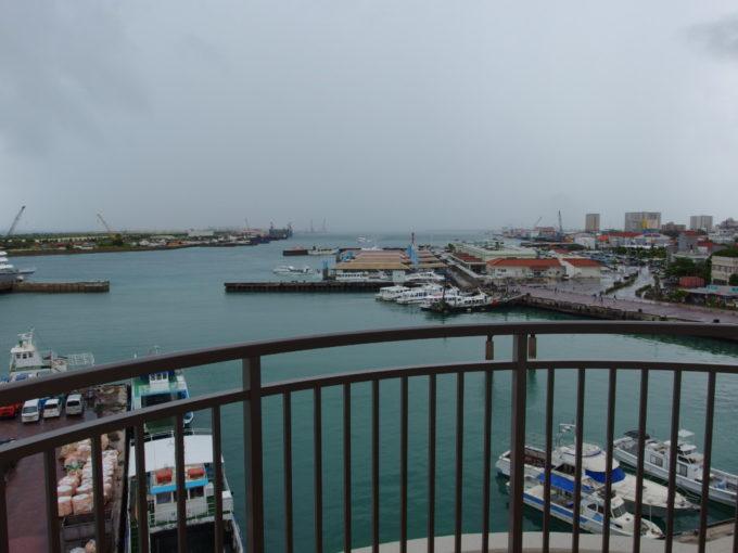石垣島ホテルイーストチャイナシーポートビュー・ツインから眺める石垣港離島ターミナルと行き交う船