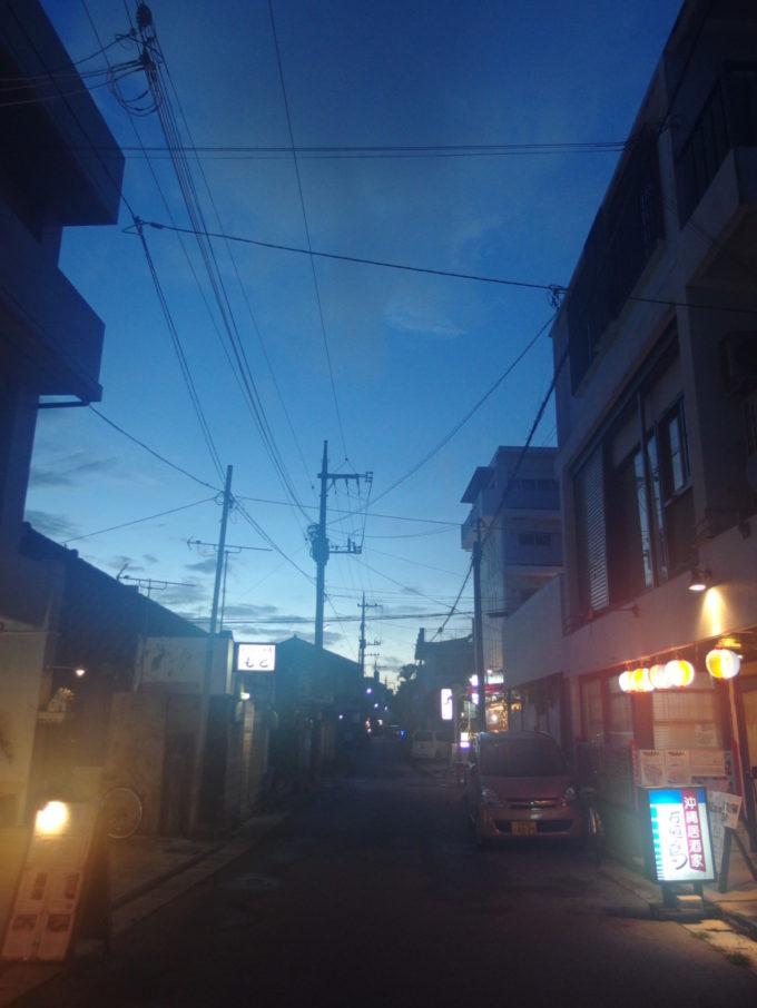 てっぺんで泡盛を味わいほろ酔い気分で歩く夕暮れの石垣島