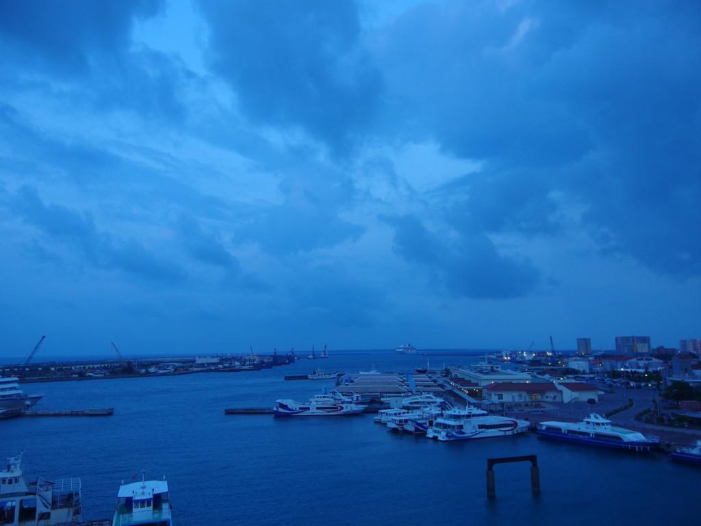 石垣島ホテルイーストチャイナシーから眺める夜明けの石垣港離島ターミナル