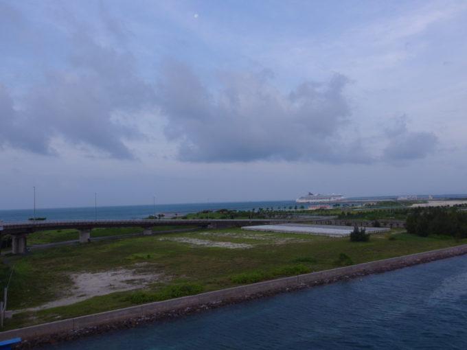 サザンゲートブリッジ上から眺める南ぬ浜町と巨大客船スーパースターアクエリアス
