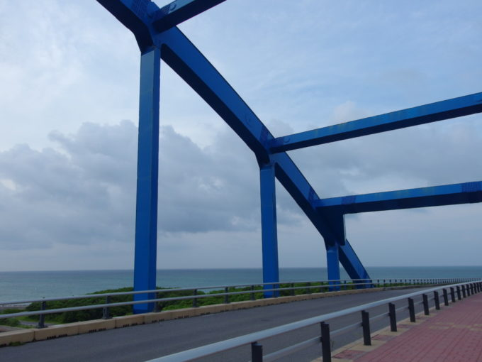 南ぬ浜町へと続くサザンゲートブリッジ