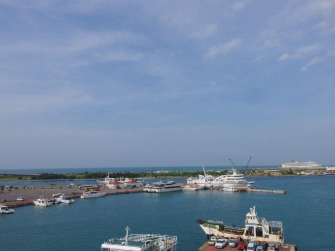 朝食後に眺める石垣港の青い空碧い海