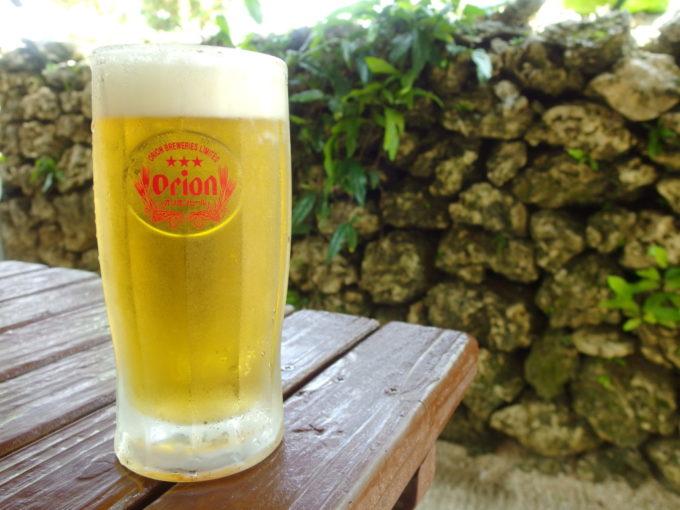 夏の竹富島そば処竹乃子テラス席で風を感じながら飲む冷たいオリオンビール