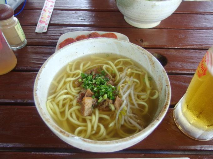 夏の竹富島そば処竹乃子テラス席で食べる八重山そば