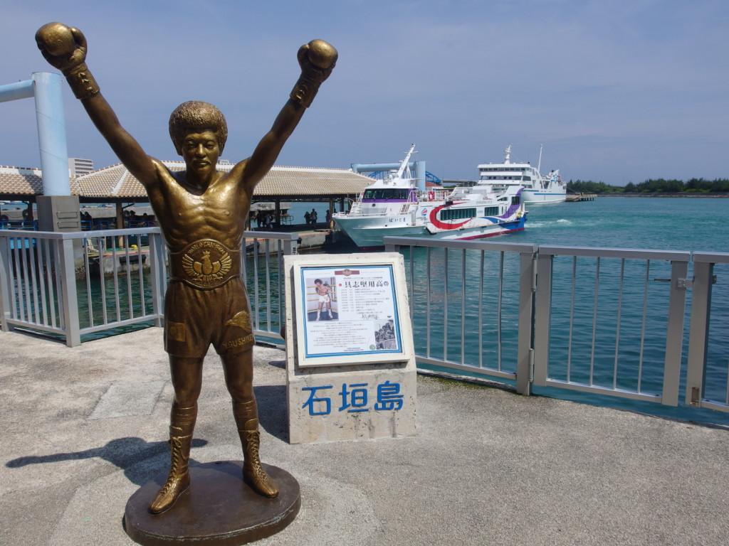 夏空に輝く石垣港離島ターミナルの具志堅さん