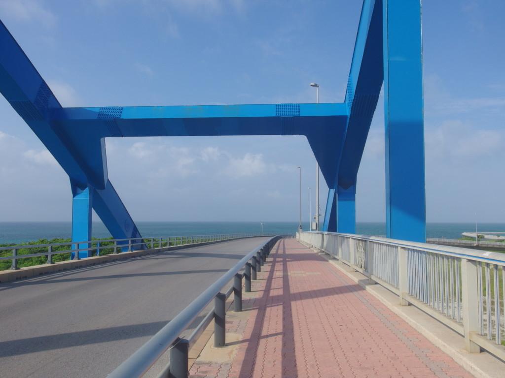 夏の朝サザンゲートブリッジを渡り南ぬ浜町へ