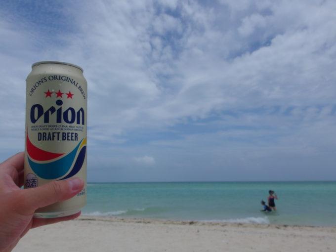 夏の竹富島碧い海と青い空を眺めながらオリオンビールを
