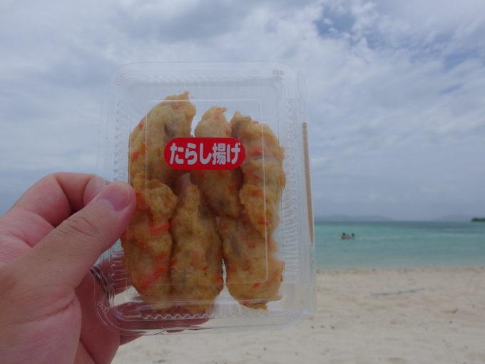 夏の竹富島コンドイビーチで石垣港離島ターミナルで仕入れたたらし揚げを食べる