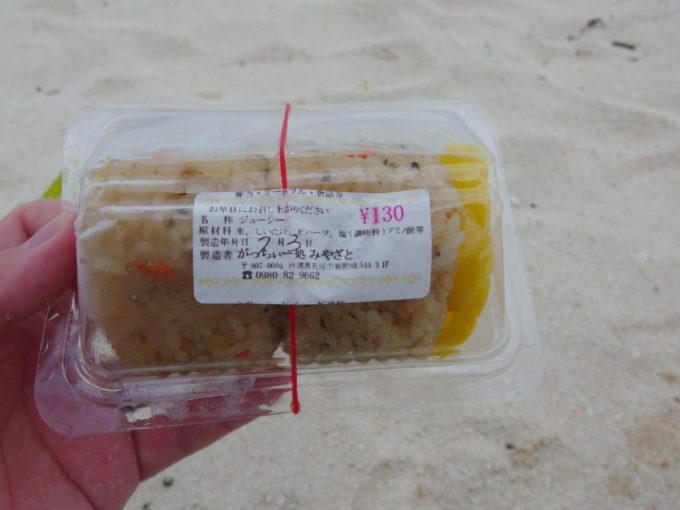 夏の竹富島コンドイビーチで石垣港離島ターミナルで仕入れたじゅーしーを食べる