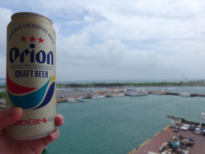 石垣島ホテルイーストチャイナシーバルコニーで海風に吹かれつつ飲むオリオンビール