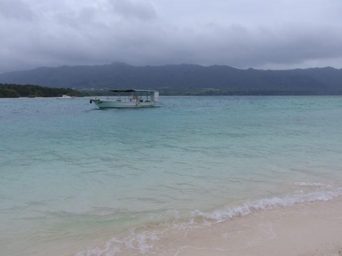 石垣島曇天で少々波の高い川平湾