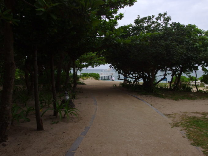 石垣島曇り空のフサキビーチ入口