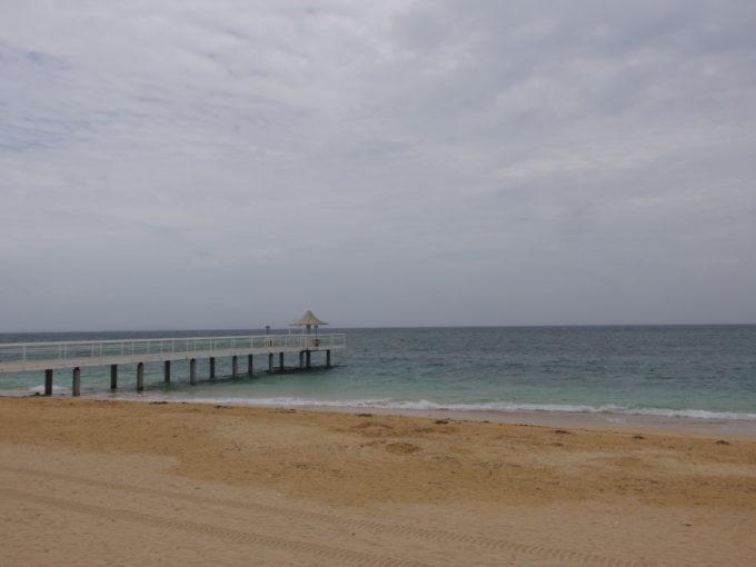 石垣島曇天のフサキビーチ若干赤みがかった砂と海の対比が美しい