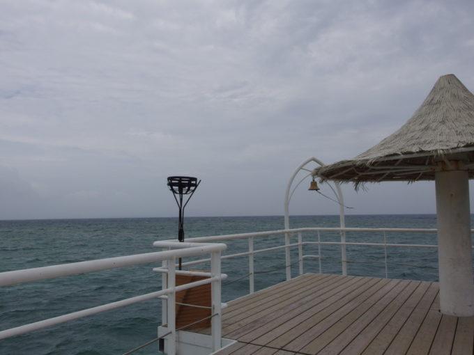石垣島曇天のフサキビーチ強風の中桟橋の突端へ