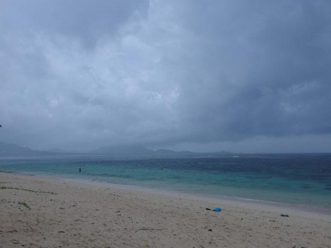 石垣島米原ビーチ雨でも碧い海と白い砂浜