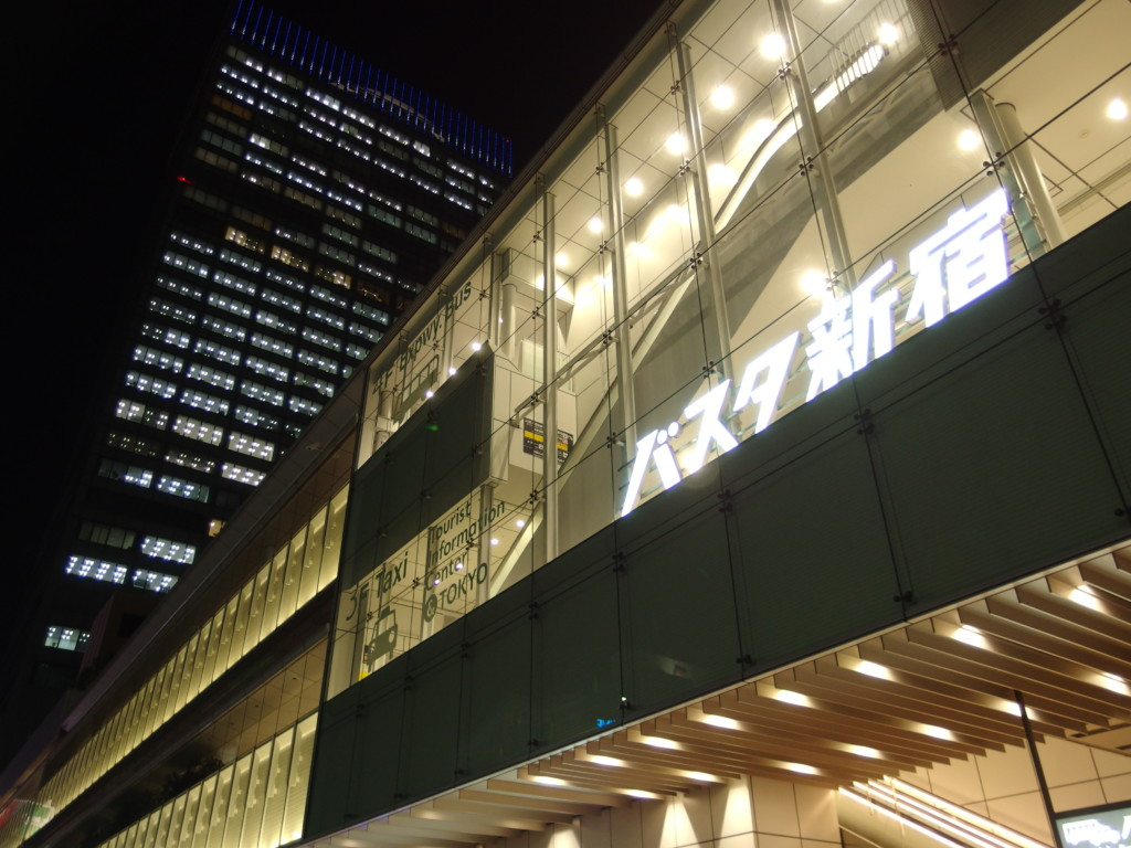 夜空に輝くバスタ新宿