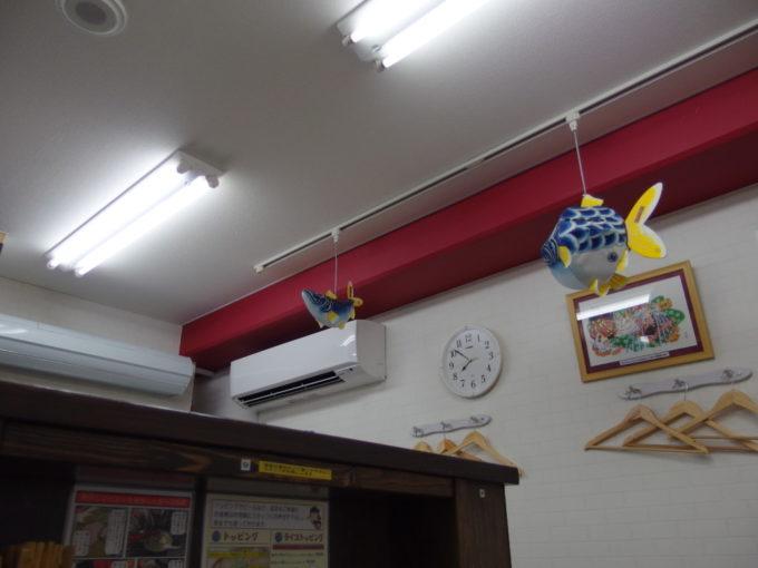 長尾中華そば青森駅前店吊るされた青い金魚ねぶたと煮干しねぶた