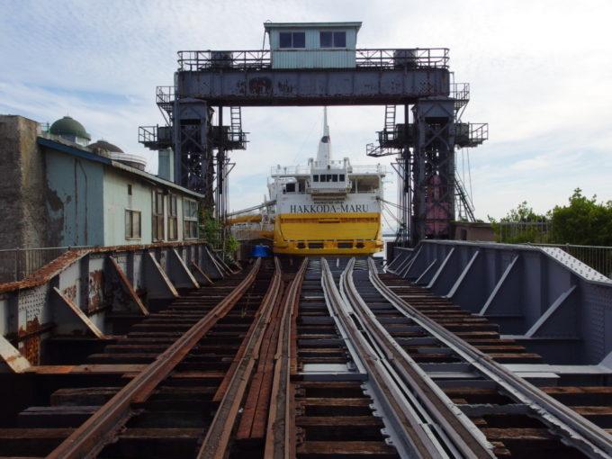 夏の青森修復中の可動橋