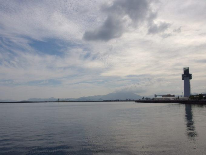 夏の青森港の奥に横たわる黒々とした八甲田山