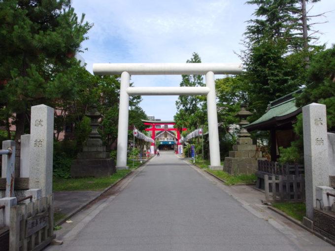 夏の青森善知鳥神社の白い鳥居