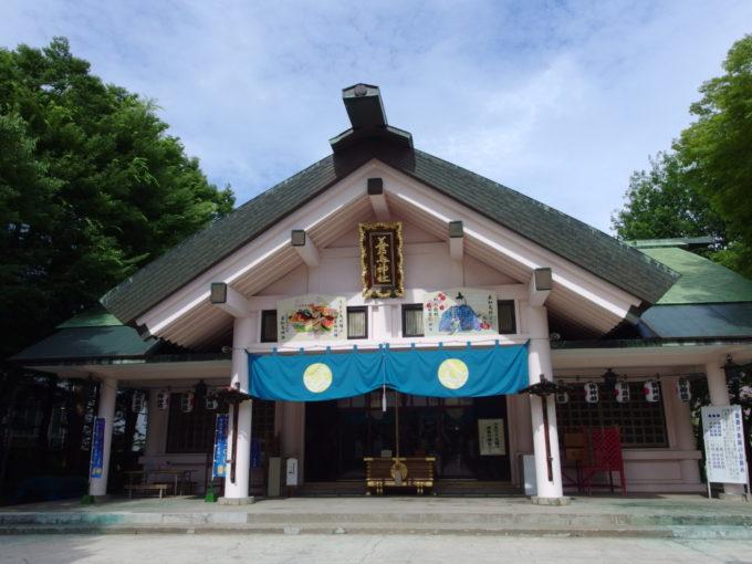 夏の青森善知鳥神社立派な拝殿でお参りを