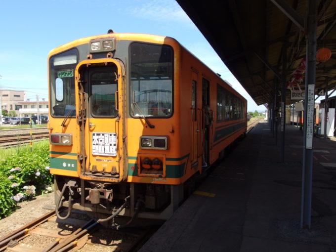 津軽五所川原駅夏空の下映える津軽鉄道の車両