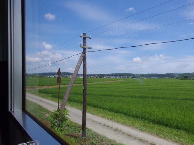 夏空と青い田んぼの中をのんびり走る津軽鉄道