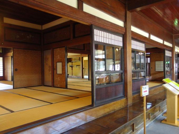 金木太宰治記念館斜陽館土間に面していくつも並ぶ和室