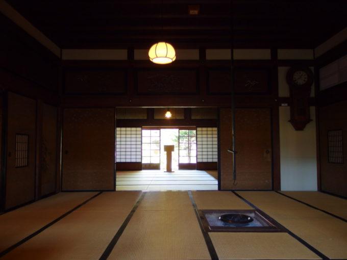 金木太宰治記念館斜陽館土間から和室越しに中庭を望む