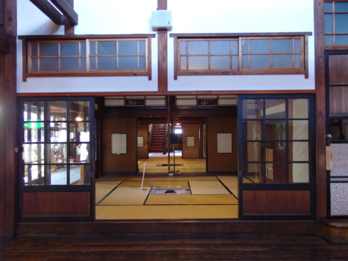 金木太宰治記念館斜陽館板の間から座敷を望む