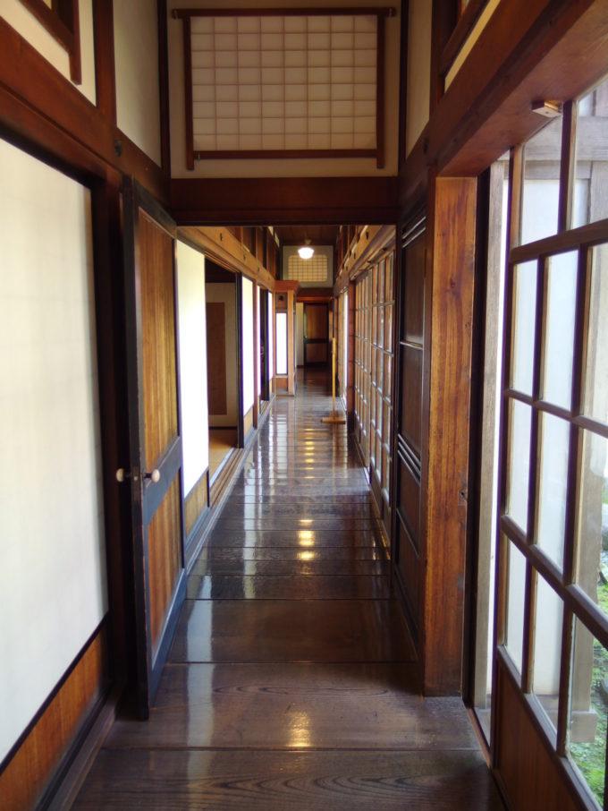 金木太宰治記念館斜陽館庭に面した長い長い廊下