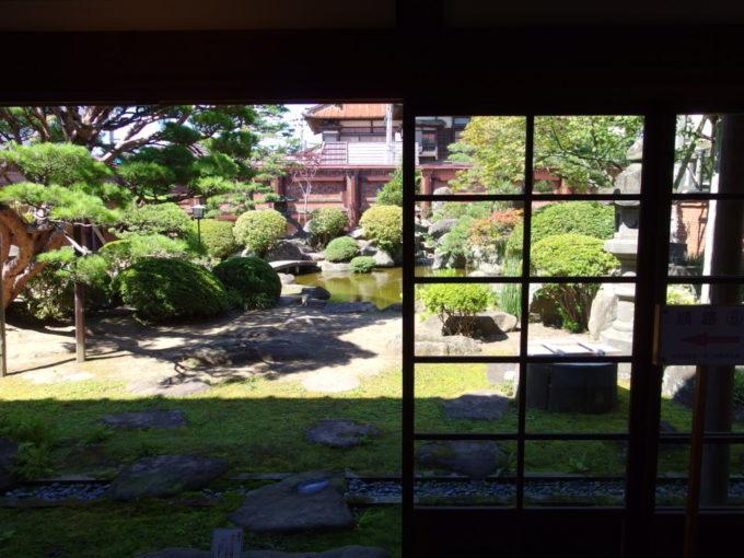 太宰治生家太宰治記念館斜陽館座敷から望む立派な庭