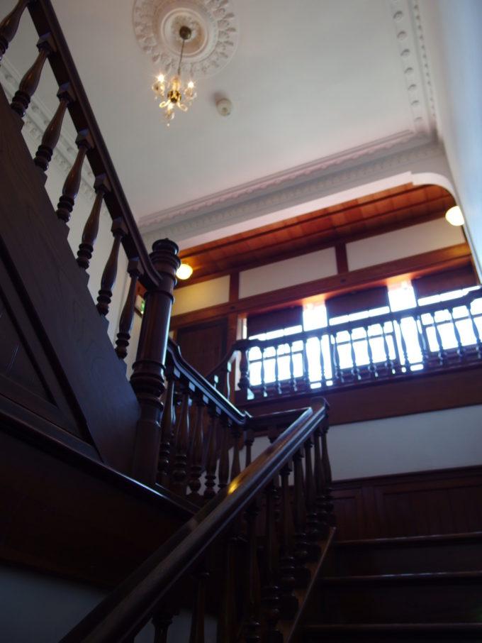 金木太宰治記念館斜陽館2階へと上がる重厚な階段
