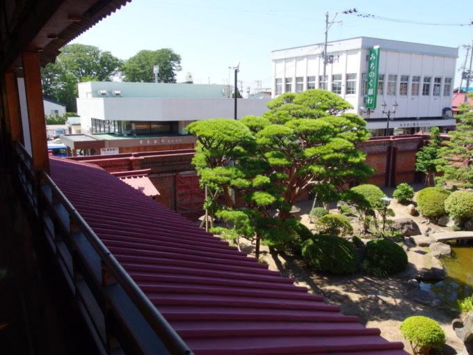 金木太宰治記念館斜陽館2階から眺める立派な庭とレンガ造りの高い塀