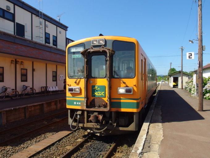 金木駅に入線する津軽鉄道走れメロス号