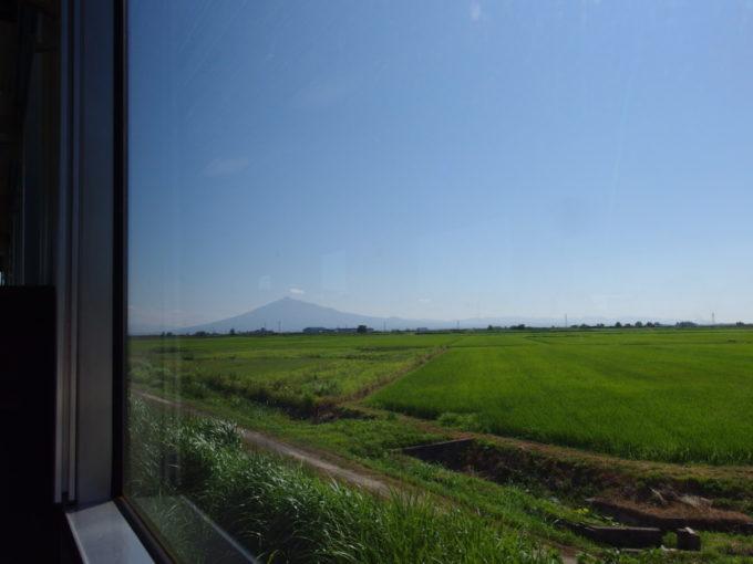 夏の津軽鉄道車窓に広がる雄大な岩木山と津軽の田園風景