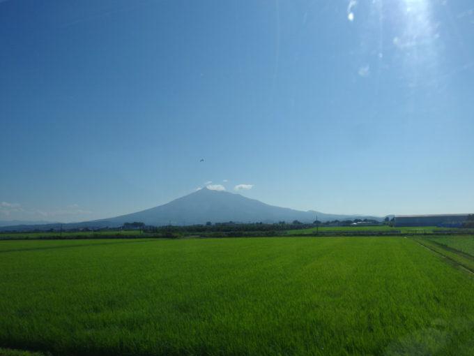 見飽きることのない夏の津軽の田園と雄大な津軽富士