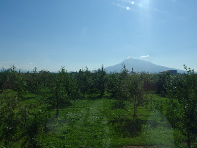 旧リゾートしらかみ青池編成五能線クルージングトレイン車窓に広がるりんご畑と岩木山
